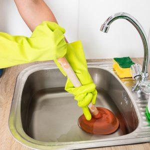 Comment déboucher un évier bouchée