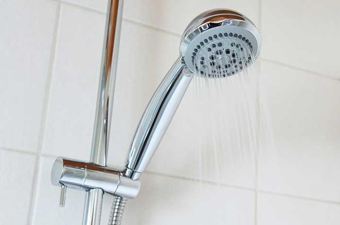 Comment déboucher sa douche sans produits chimiques